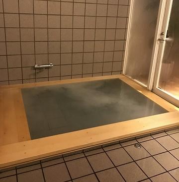 貸し切りの水素風呂。ワンチャンとご一緒にどうぞ。